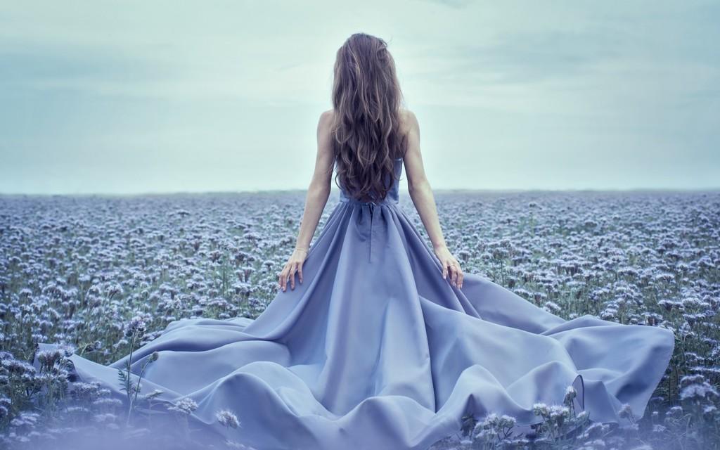Девушка в красивом платье со спины