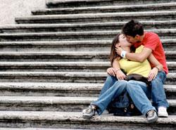 Целующиеся парень и девушка